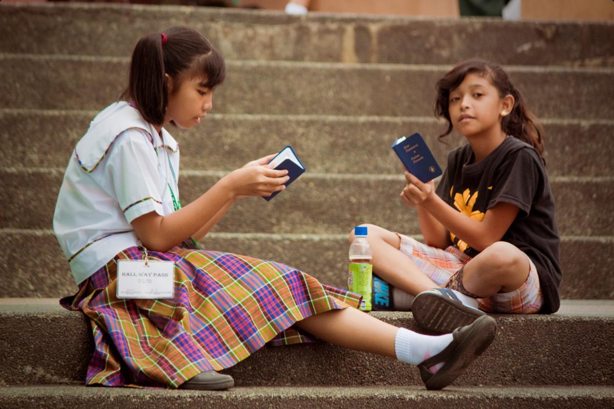 Philippinische Schülerinnen lesen die Bibel auf dem Pausenhof