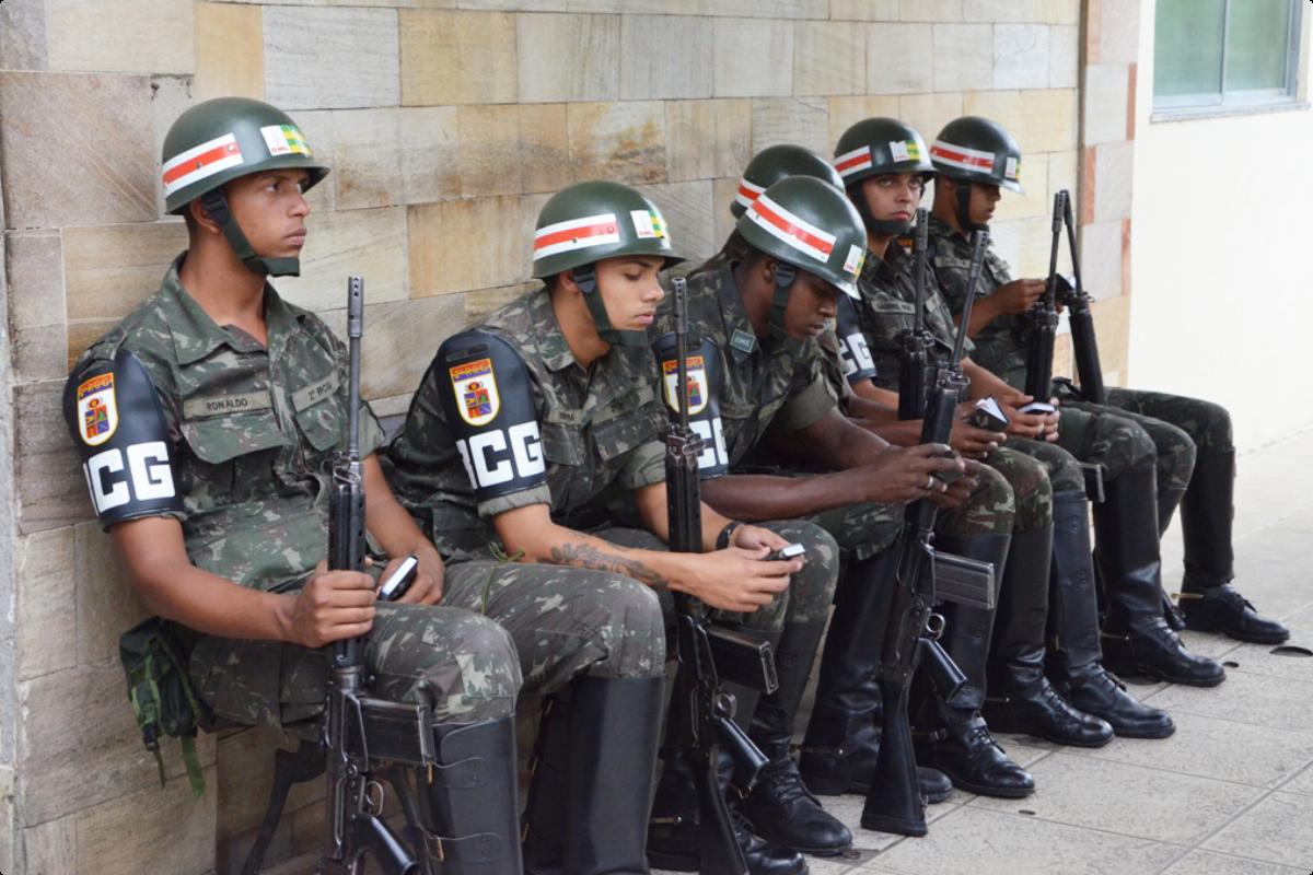 Brasilianische Soldaten erhalten eine Bibel